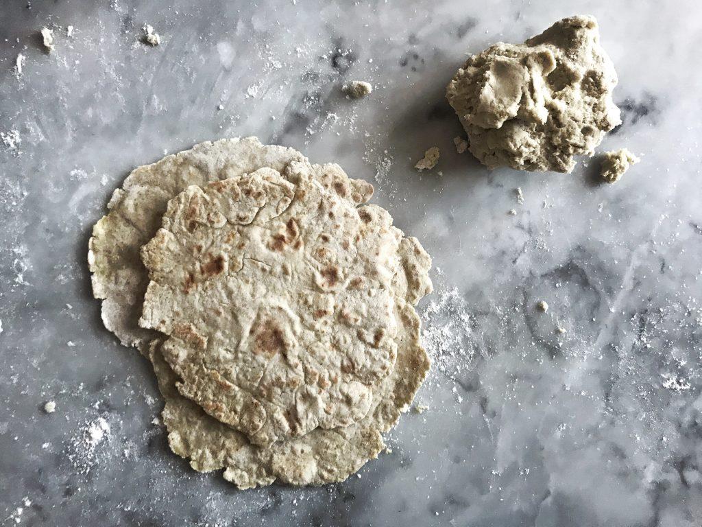 Så här bakar du eget tunnbröd – på bara två ingredienser