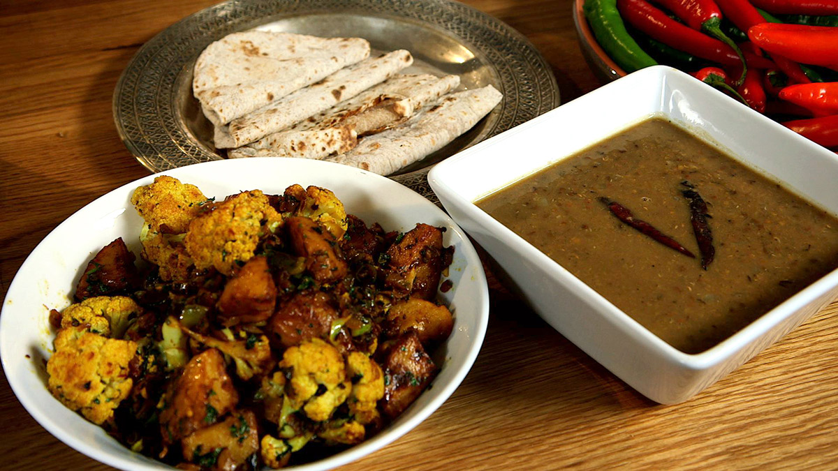 Cauliflower with potatoes (aloo gobi)