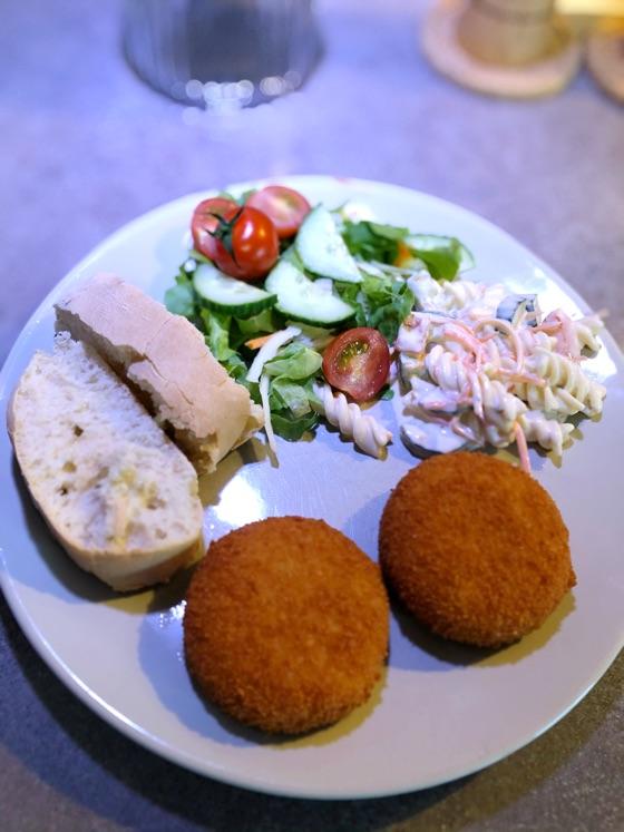 Kaas/garnaalkroket met fris slaatje en brood